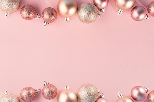 Palline rosa in fila sul rosa