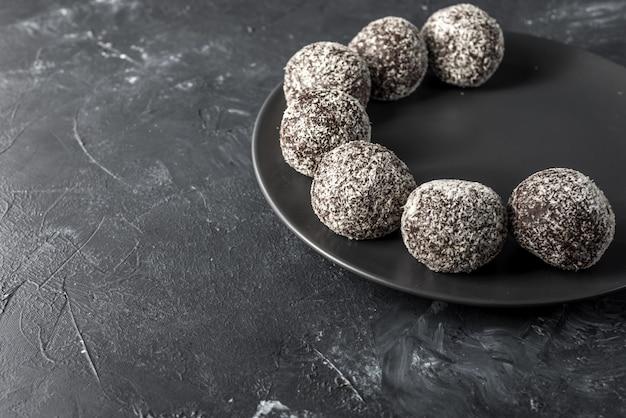 Palline sane fatte in casa con proteine proteiche con albicocche secche, uvetta, noci, mandorle e cocco. sano cibo dolce.