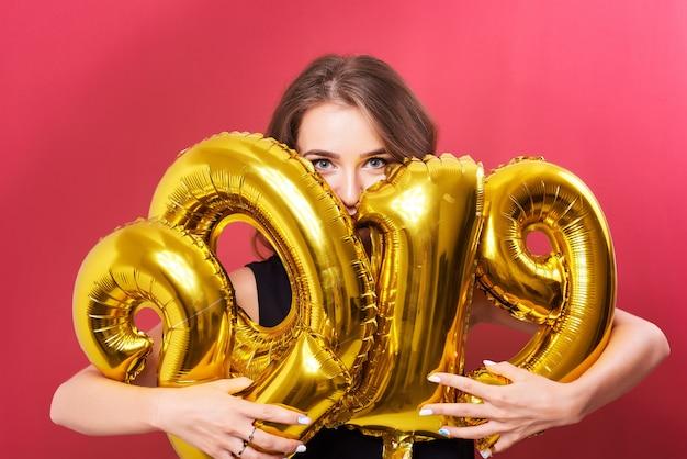 Palloncini azienda giovane donna nelle mani