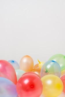 Palloncini colorati con spazio di copia