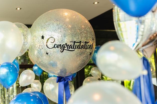 Palloncini con la parola congratulazioni per la decorazione di ballon nel ristorante.