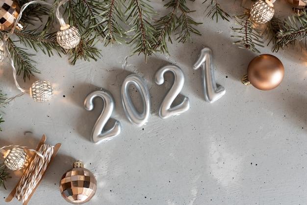 Palloncini d'argento di capodanno 2021 con fuochi d'artificio