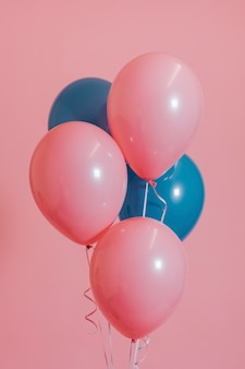 Palloncini di elio rosa e blu