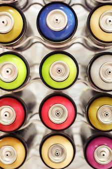 Palloncini di vernice colorata in fila