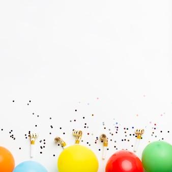 Palloncini e coriandoli con spazio di copia