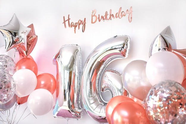 Palloncini e numero 16 di palloncini di compleanno. biglietto di auguri per ragazze adolescenti