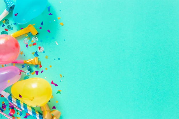 Palloncini e varie decorazioni per feste con spazio di copia