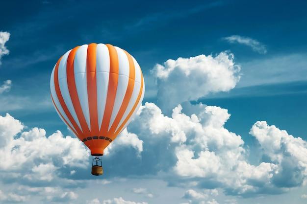 Palloncini multicolori, grandi contro il cielo blu