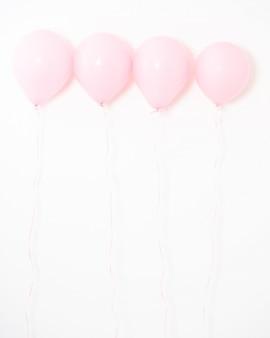 Palloncino color pastello rosa su grigio