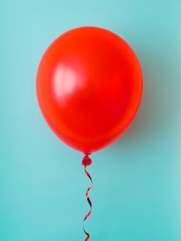 Palloncino rosso su sfondo blu
