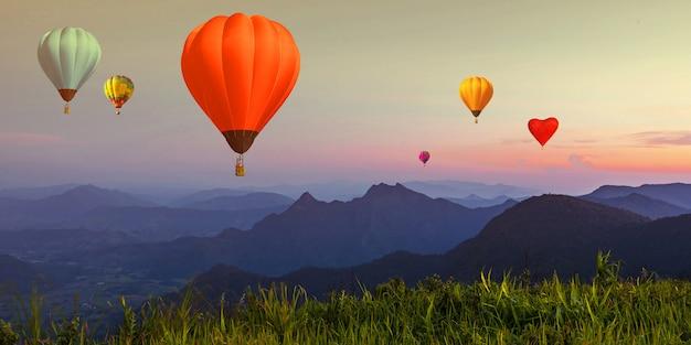 Palloncino sul cielo al crepuscolo sopra il punto di vista delle alte montagne al tramonto