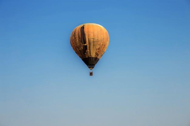 Palloncino sul cielo blu.