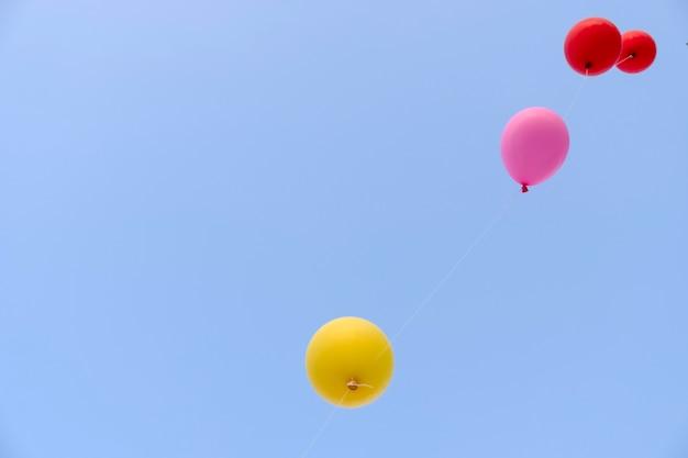 Palloncino volante colorato con cielo blu. concetto di libertà.