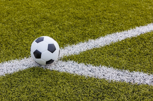 Pallone da calcio, calcio erba artificiale con striscia bianca, stadio di calcio
