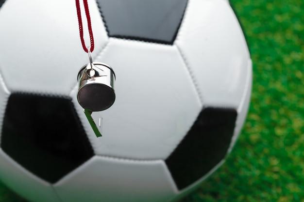 Pallone da calcio con fischietto