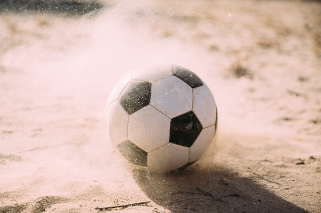 Pallone da calcio e particelle di sabbia