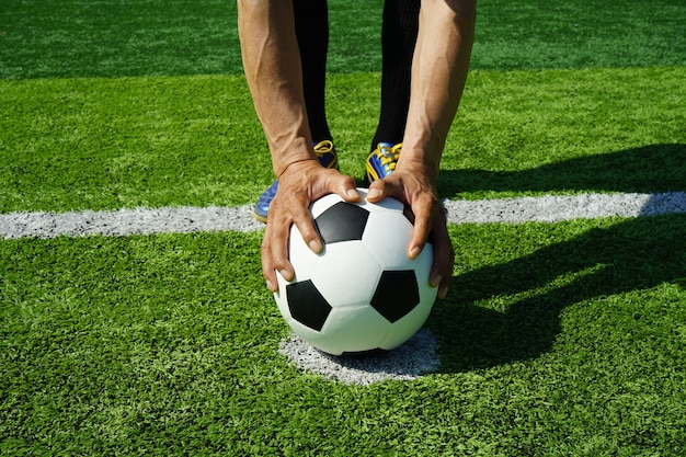 Pallone da calcio in stadio con erba verde