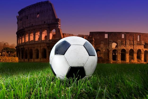 Pallone da calcio sul colosseo