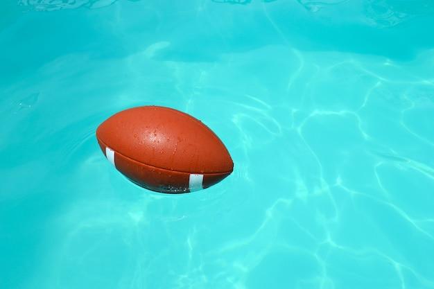 Pallone da rugby in una piscina