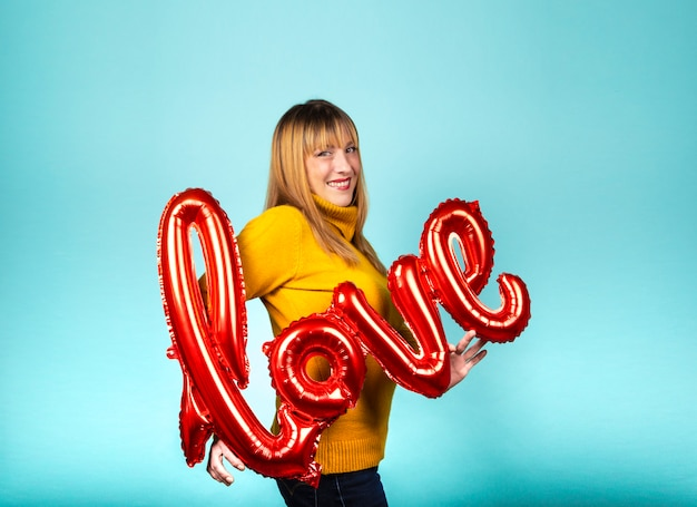Pallone della tenuta della donna con la parola amore