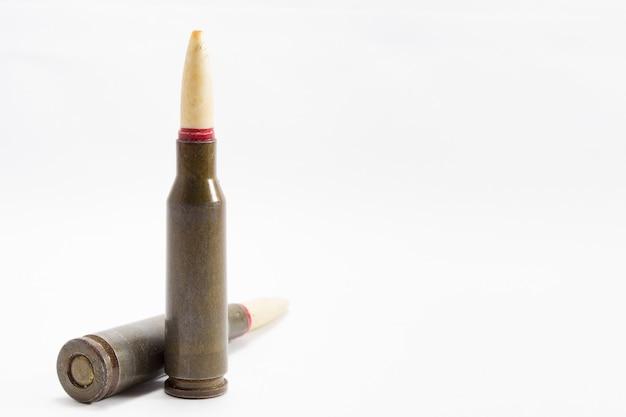 Pallottole del fucile su fondo bianco