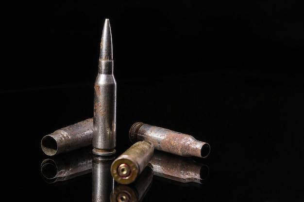 Pallottole del fucile su fondo nero