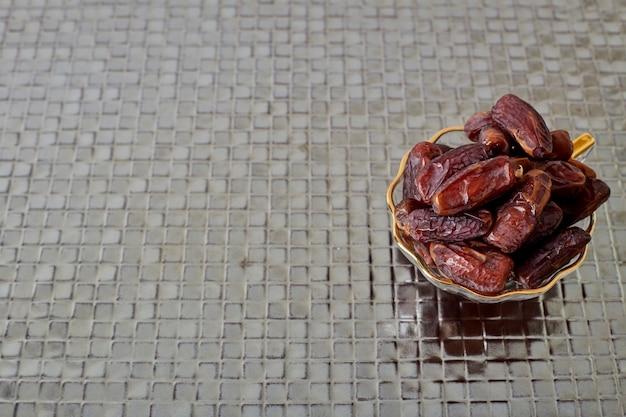 Palm dates sul pavimento d'argento