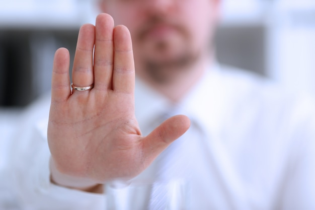 Palma maschio di manifestazione del braccio durante la conversazione di conferenza come no in primo piano dell'ufficio. il suggerimento rifiuta l'argomento della soluzione illustrare la proposta di offerta offerta di bustarella tenere fuori il concetto di servizio cinque alto