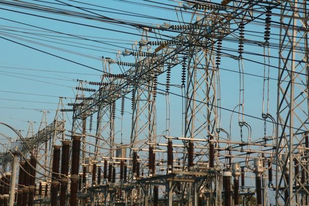 Palo ad alta tensione con cielo blu. concetto industriale e tecnologico.