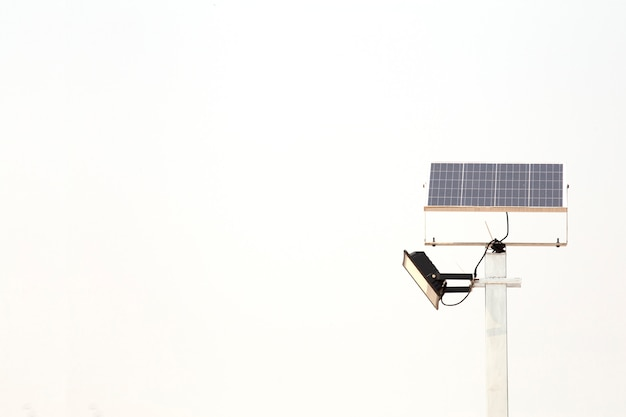 Palo elettrico della pila solare isolato su fondo bianco. energia alternativa.