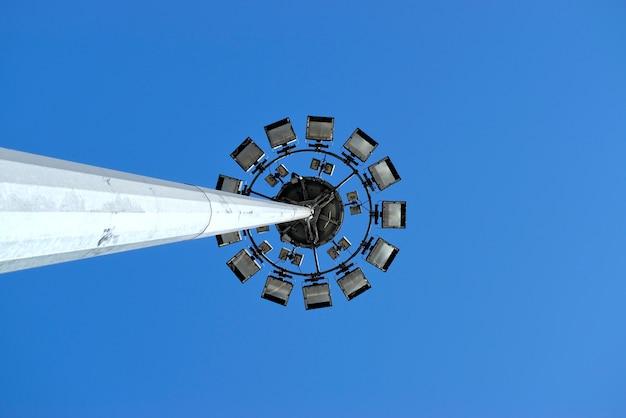 Palo moderno in tubo d'acciaio con illuminazione, illuminazione di parcheggi, strade, autostrade, stadi, ecc.