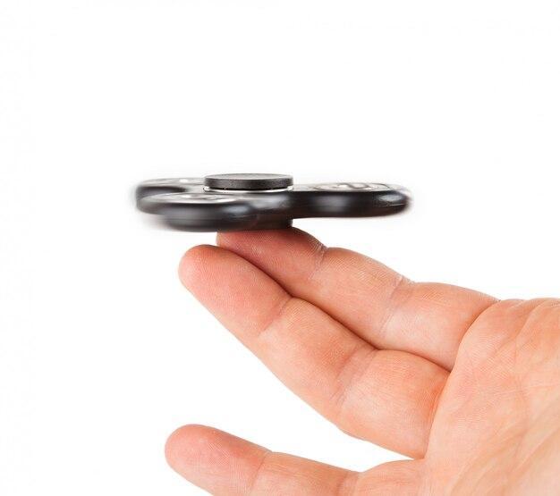 Palying con un fidget spinner nero