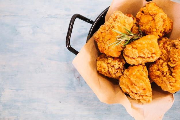 Pan con gustoso pollo fritto
