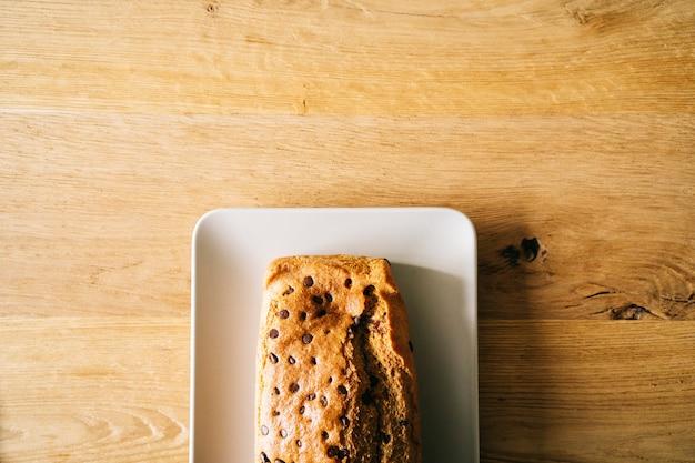 Pan di spagna con gocce di cioccolato su un fondo di legno