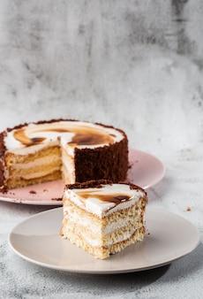 Pan di spagna delizioso di victoria con crema bianca sul piatto sulla tavola su fondo di marmo. carta da parati per pasticceria o menu bar. verticale.