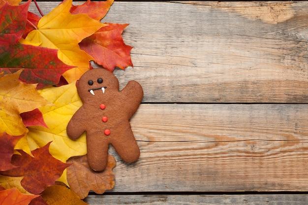 Pan di zenzero di halloween al fogliame di autunno.
