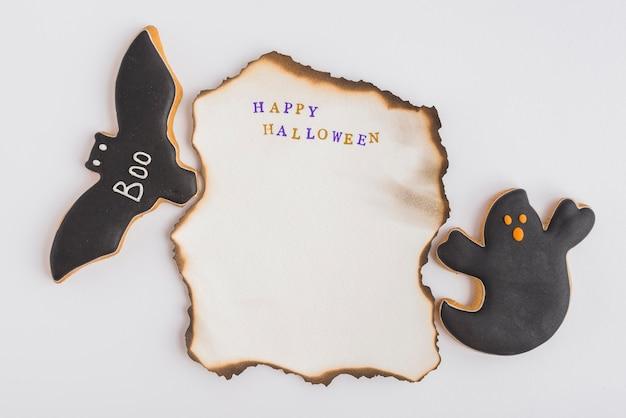 Pan di zenzero di halloween intorno a carta bruciata