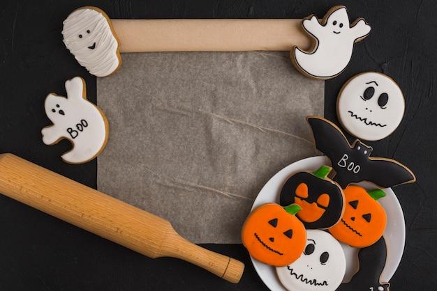 Pan di zenzero di halloween su piatto, stantuffo e tappetino
