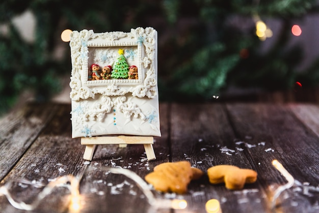 Pan di zenzero di natale dipinto a mano su un supporto di legno