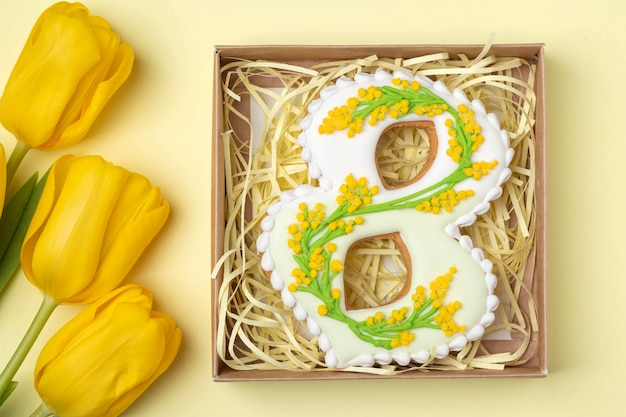 Pan di zenzero fatto a mano a forma di numero otto in confezione regalo e tulipani gialli, regalo per la giornata internazionale della donna