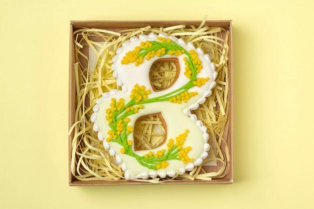 Pan di zenzero fatto a mano a forma di numero otto, regalo per la giornata internazionale della donna