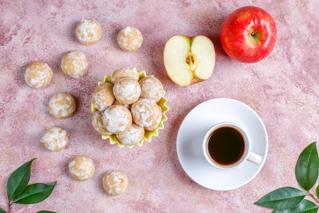 Pan di zenzero russo tradizionale delizioso con la mela