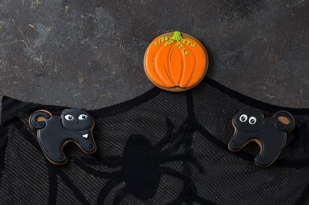 Pan di zenzero sotto forma di una zucca fatta a mano e due gatti neri