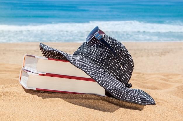 Panama sui libri per la lettura sulla spiaggia. occhiali da sole per protezione.