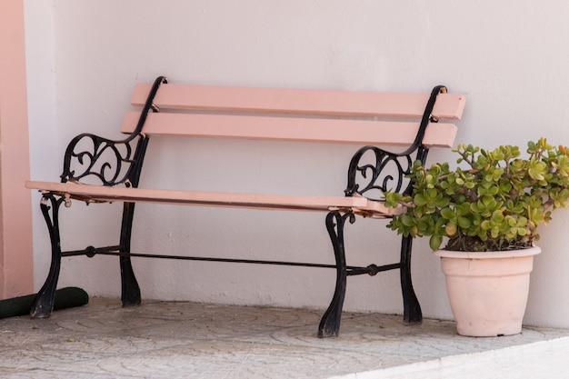 Panca classica in legno con vaso di fiori