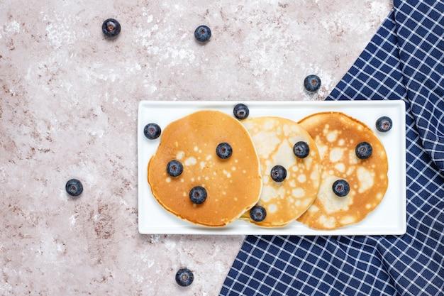 Pancake ai mirtilli sulla superficie della luce marrone