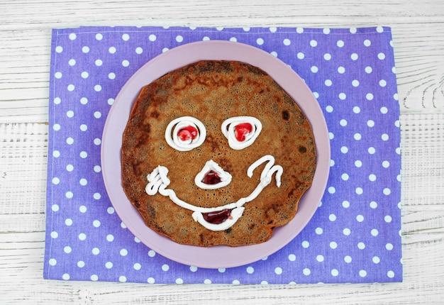 Pancake al cioccolato per bambino. prima colazione.