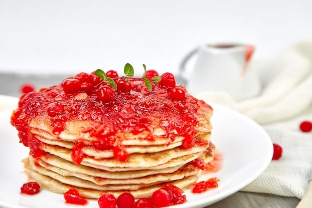 Pancake americano con marmellata - bacche, viburno, mirtillo rosso