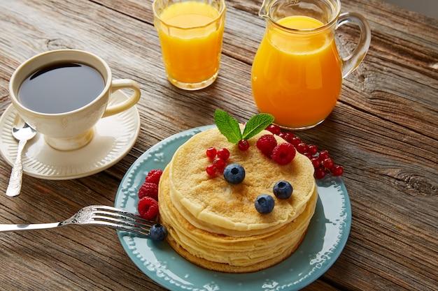Pancake colazione sciroppo caffè e succo d'arancia