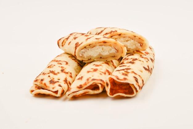 Pancake con cagliata isolata su bianco